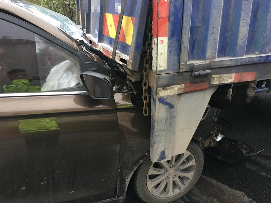 兰海高速一小车与货车追尾 小车上两名被困者获救