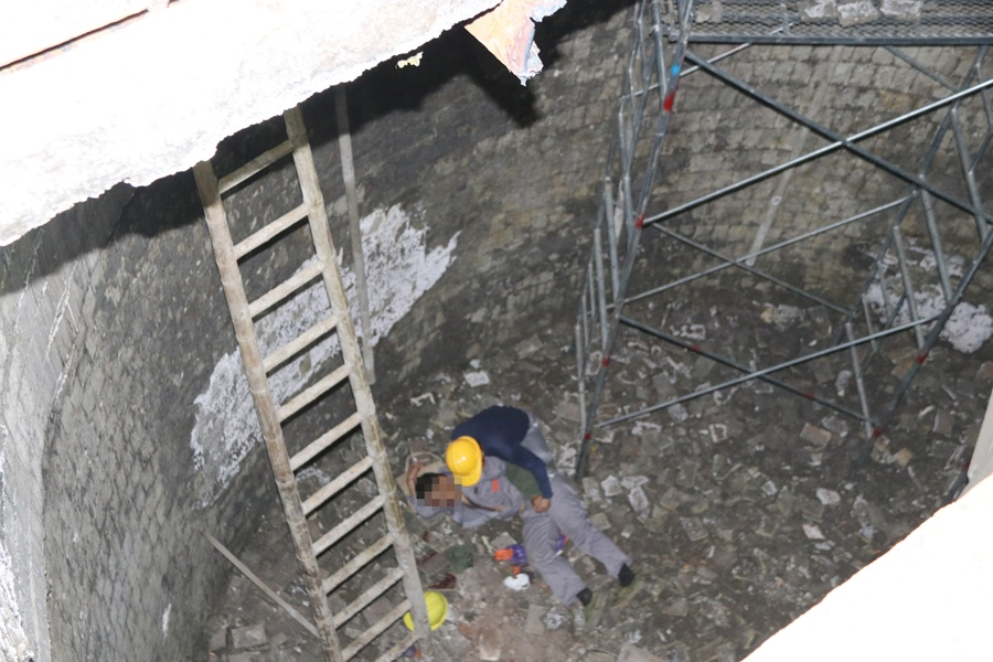 男?#37038;?#24037;不慎掉落6米深坑 消防员用绳索担架救援