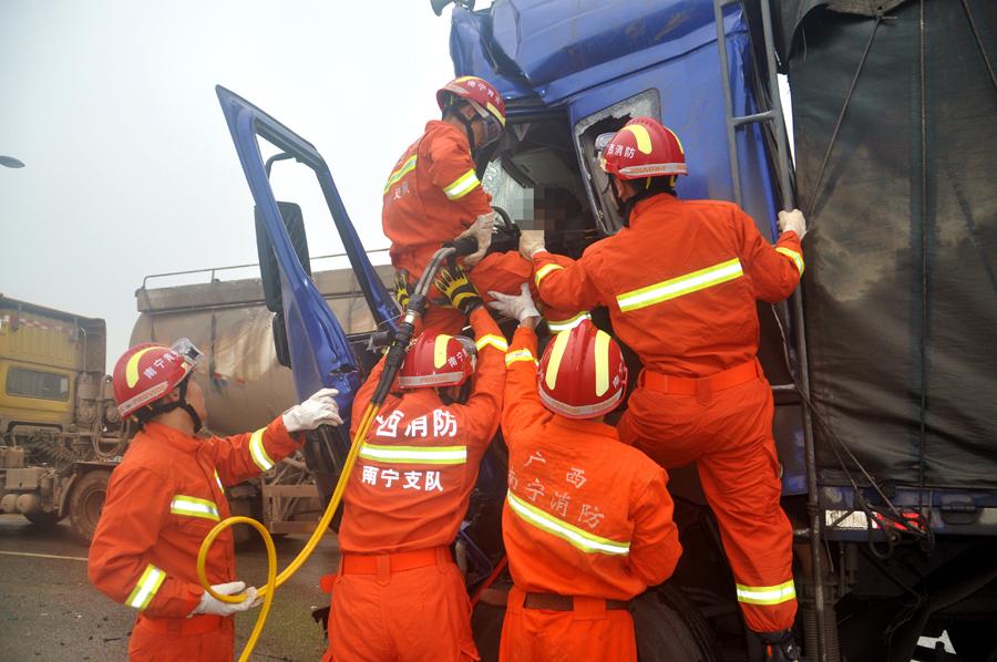 南宁梁村大道一货车追尾洒水车 消防救出货车司机