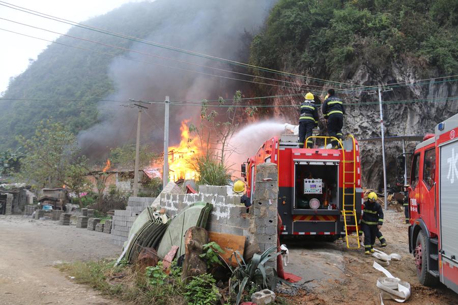 河池宜州一木材加工厂起火 现场燃起熊熊大火(图)