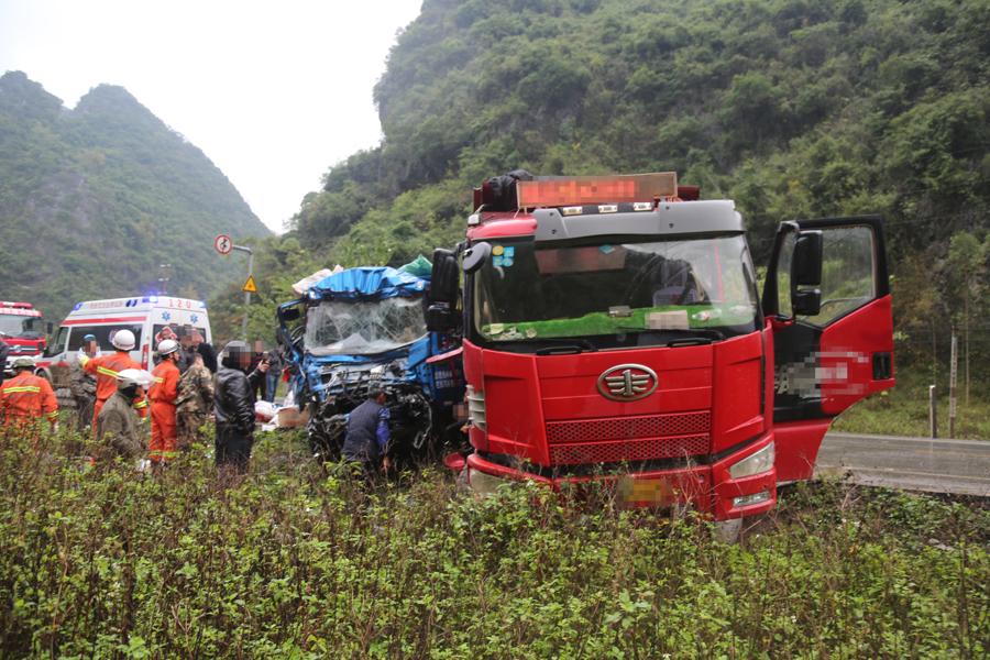 两货车车头碰撞造成两人被困 消防紧急拆车救人