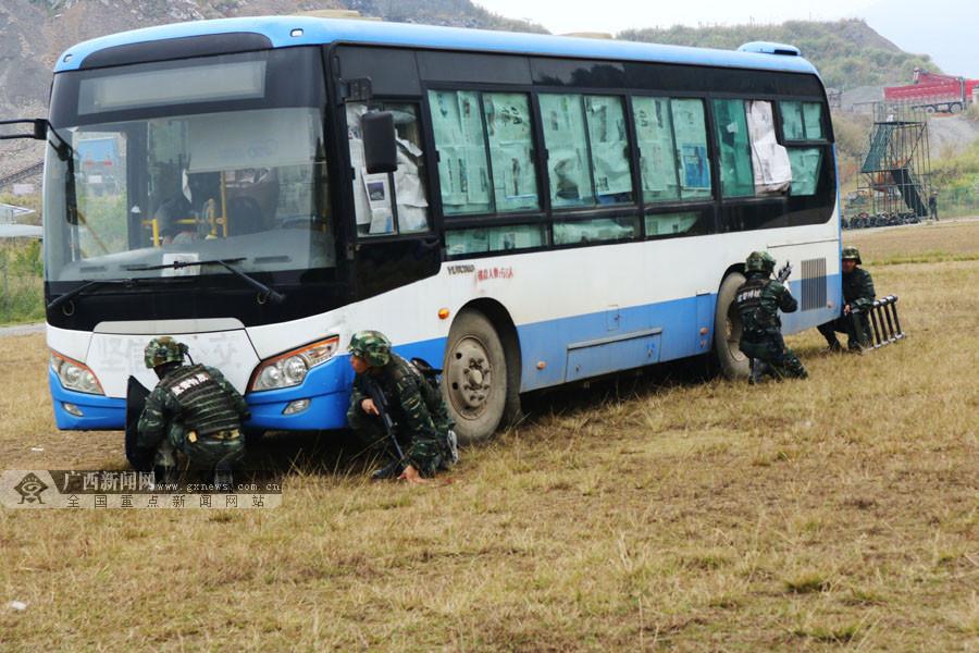 高清:广西武警特战队员开展公交车反劫持演练
