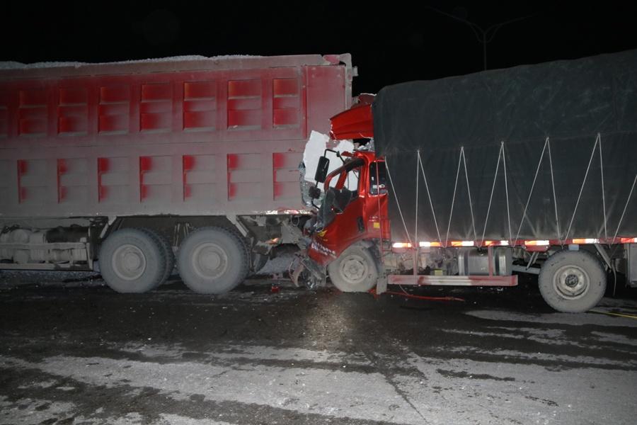 高清:田阳两货车凌晨追尾一人被困 消防紧急救援
