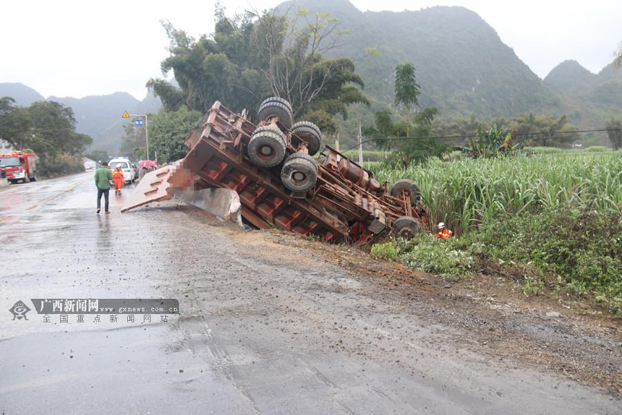 雨天路滑货车转弯侧翻 驾驶室被撞变形司机被困