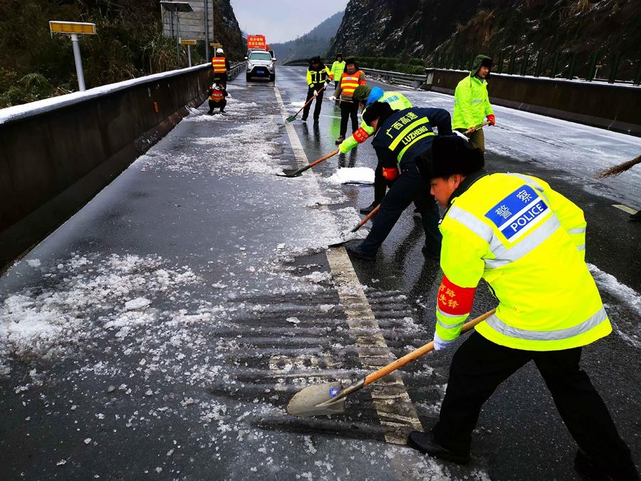高清:兰海高速南丹路段路面结冰 多部门抗冰保畅