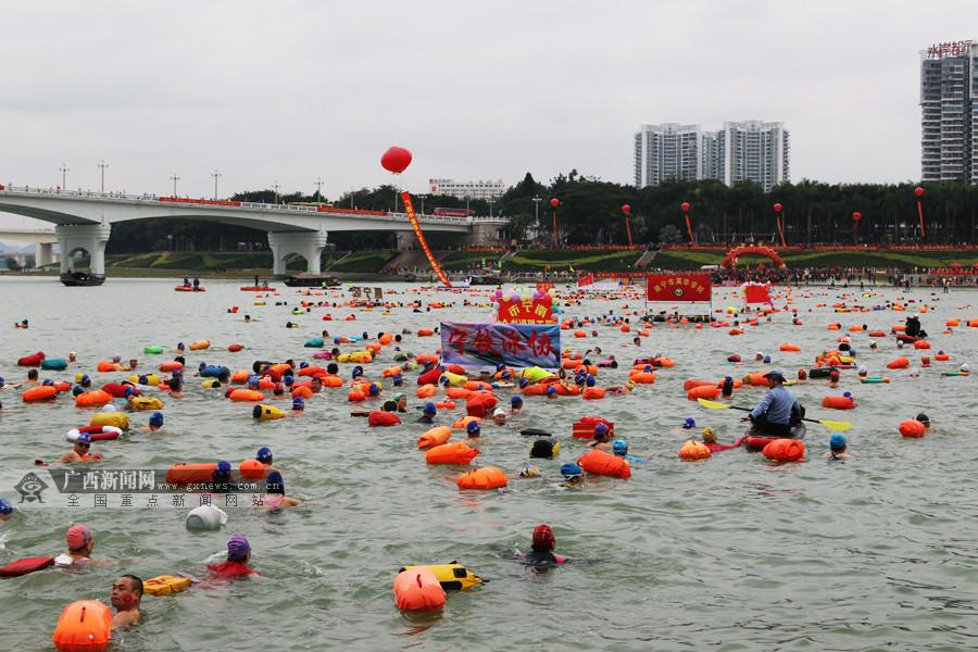 """2019南宁冬泳邕江  3100名""""泳士""""寒风中戏水(图)"""