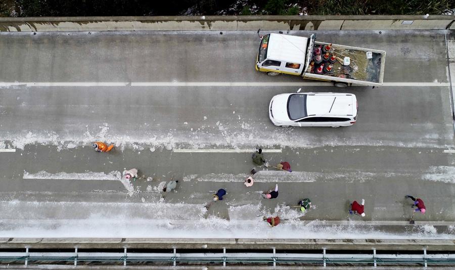 高清:三柳高速因冰雪管制路段恢复通车
