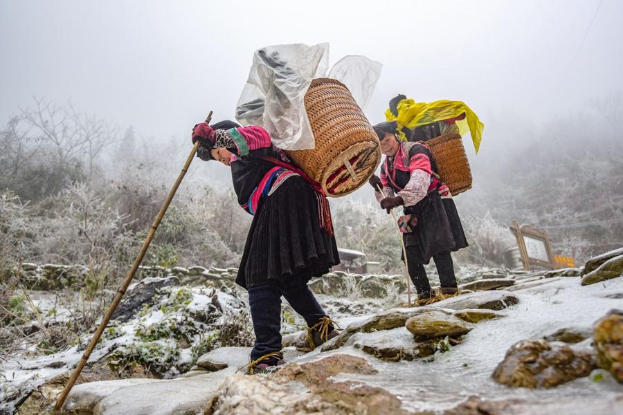 六旬红瑶背包客负重数十斤 雨雪天走山路如履平地