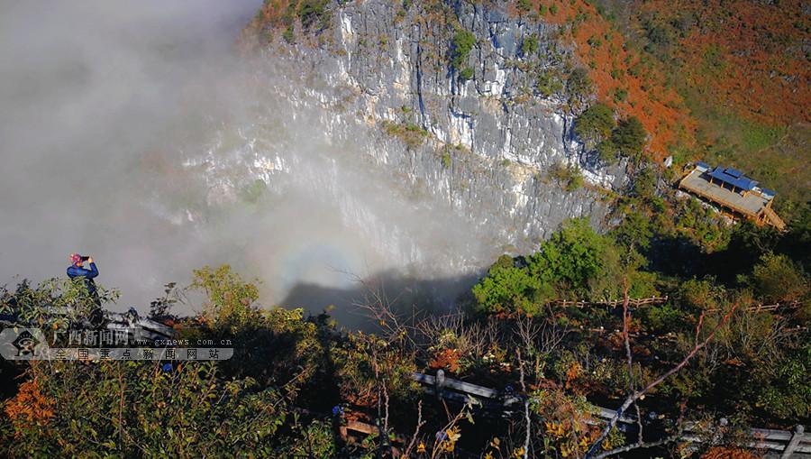 高清:乐业大石围天坑云雾缥缈现光晕奇观