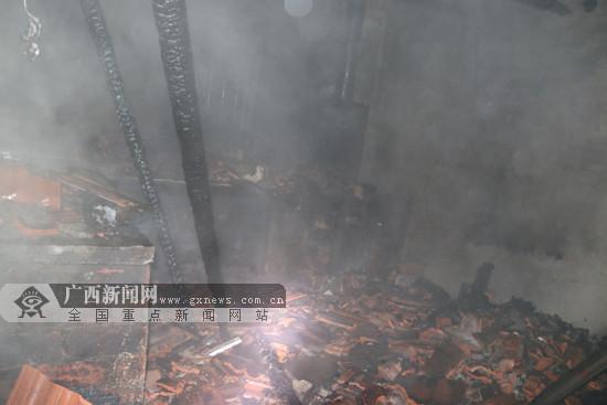 百色田林一民房发生火灾 厨具、房顶横梁被烧(图)