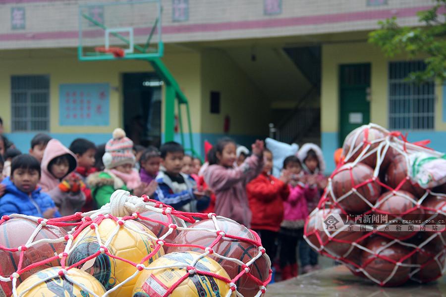 寒冬送温暖 马山四所贫困山区小学获赠贴心新年大礼