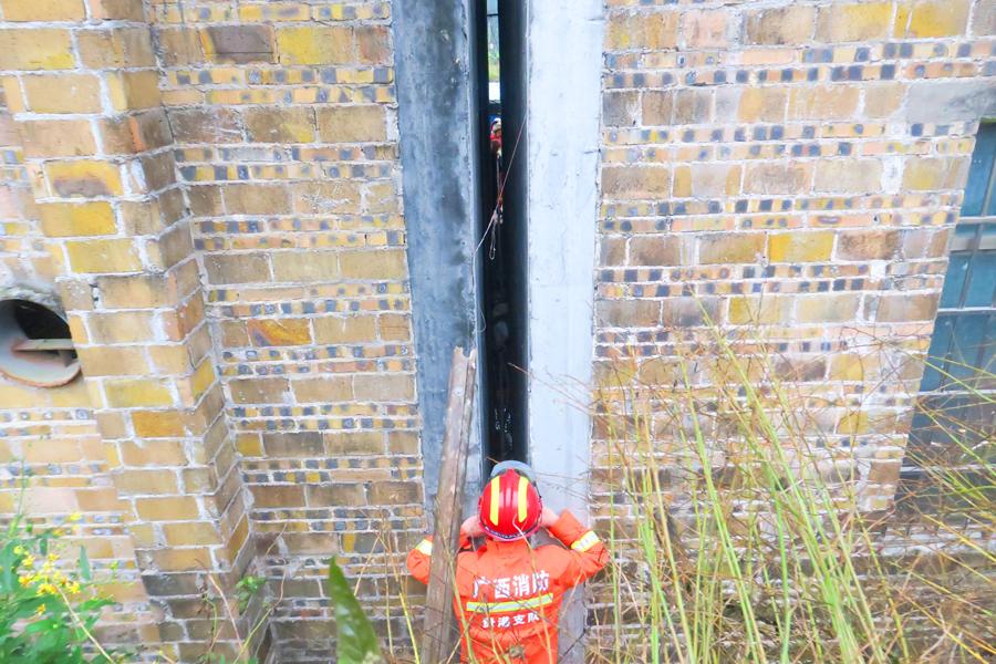 2岁男童被卡狭小墙缝 消防员凿墙打洞救出(组图)