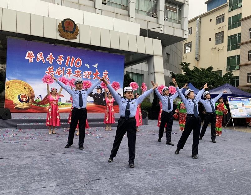 南宁警方举行110宣传日暨应急联动公众开放日活动