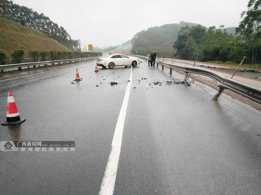 雨天路滑车速快 小车急刹失控撞上高速路护栏(图)