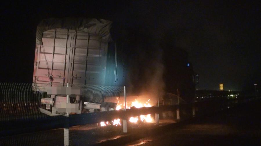 兰海高速一运煤大货车行驶中轮胎突然起火(组图)