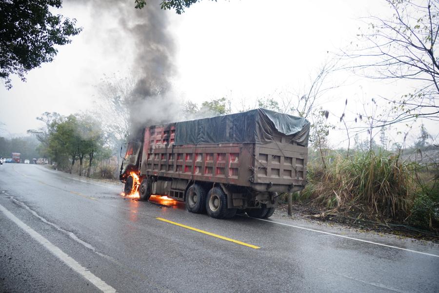 桂林一輛載40噸煤的大貨車起火 車頭燒成鐵架(圖)