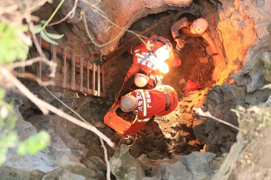 高清:男子跌落4米深山洞受伤 多方合力开展救援