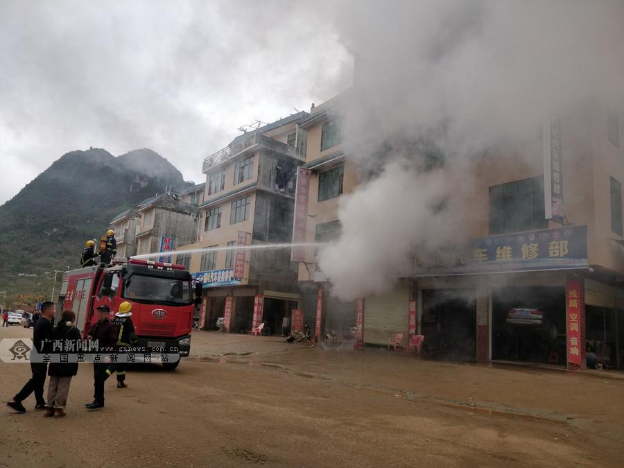 高清:靖西一出租房突发大火 大量浓烟往外冒出