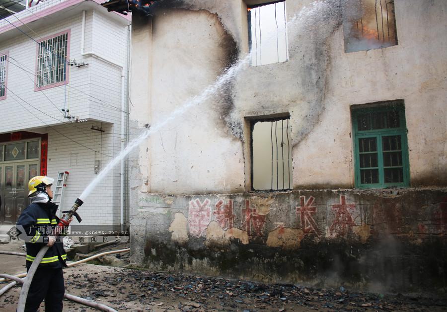 高清:桂林灵川一民房起火 消防赶往现场及时扑灭