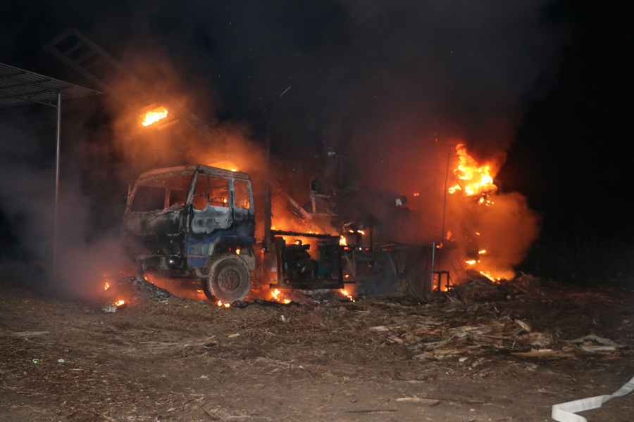 上思一木片加工厂机器设备凌晨起火 消防扑灭火魔