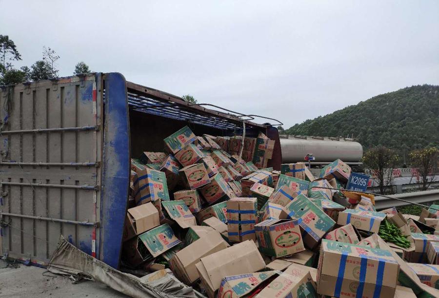 货车高速路上遇凹坑侧翻 300多箱尖椒散落路面