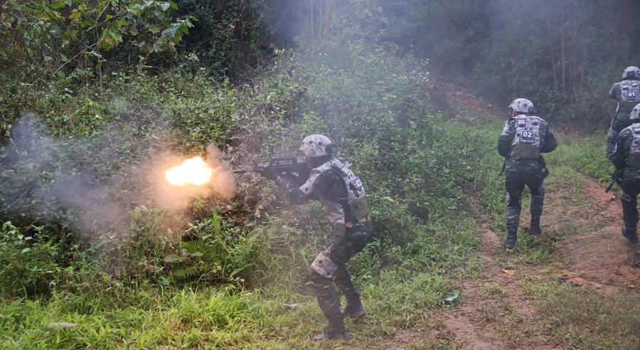 南宁:武警特战队员野外开展实战演练(组图)