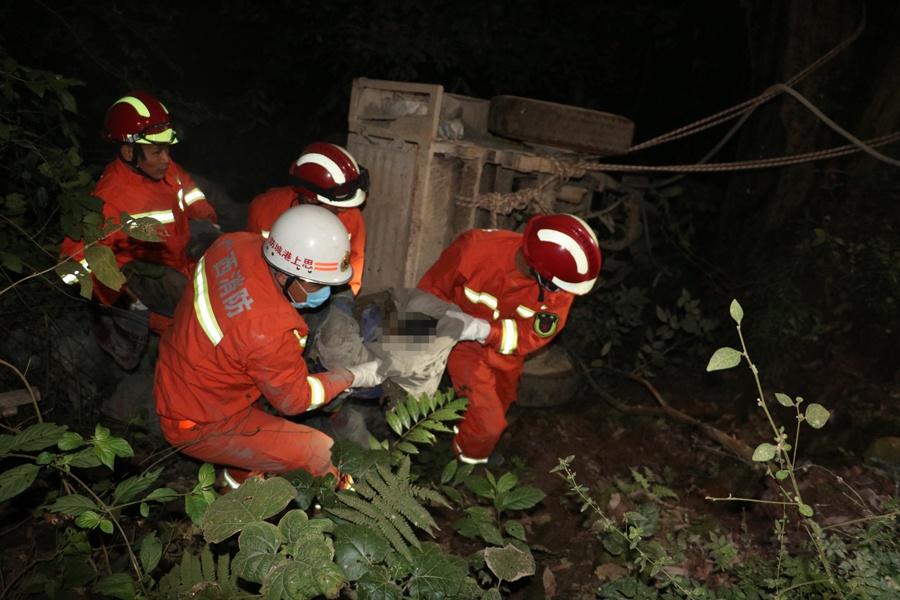 上思一辆满载水泥的手扶拖拉机行驶中坠入山坡(图)