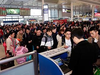 """1月22日焦点图:春运首日 """"刷证""""乘车遇冷"""