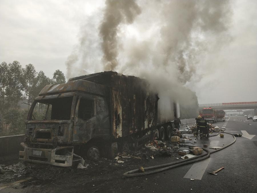 高清:惨!满载快递的货车高速路自燃 快递被烧毁