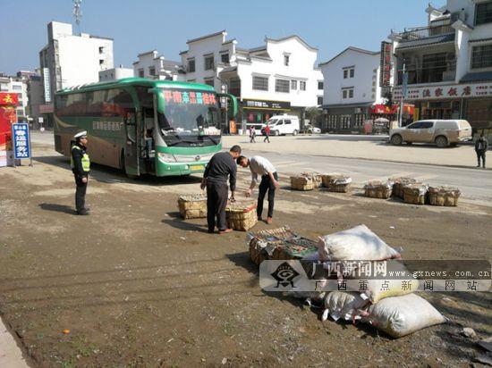 客车违规载货被蒙山交警查获 驾驶员被罚款1000元