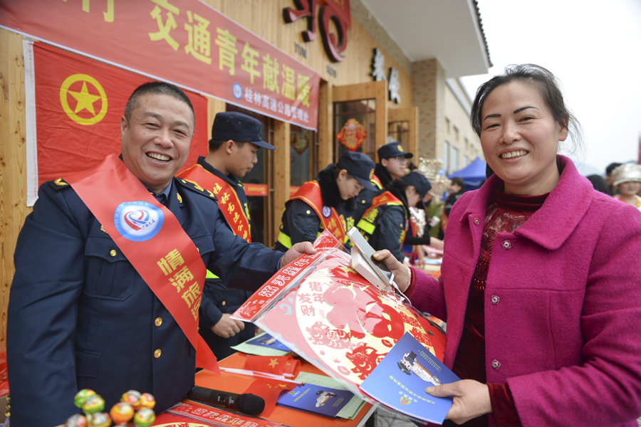 龙胜开展志愿服务活动 温暖返乡人员回家路(组图)