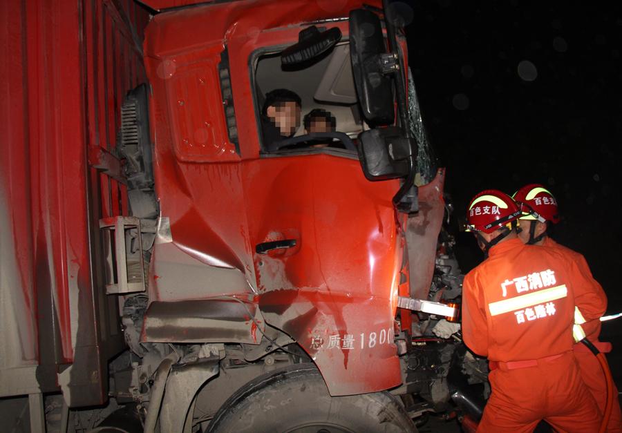 高清:隆林两货车追尾致两人被困 消防火速救援