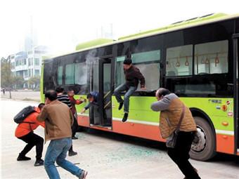 南宁公交车将安装安全防护设施 遇险情一键报警