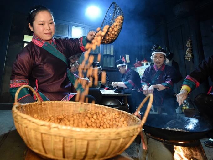 高清:洋溢浓浓年味 三江侗族妇女赶制油果迎新春