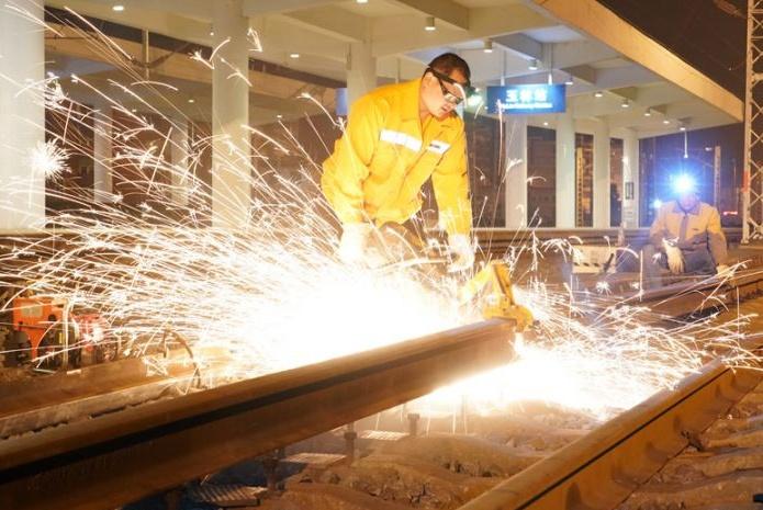 玉林站火车股道2小时换新颜 百人团战挪移800米钢轨
