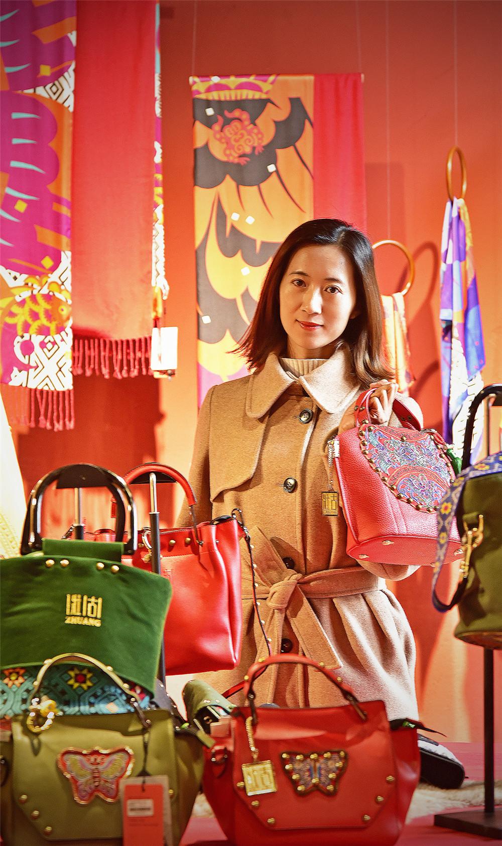 广西壮锦山河文化发展有限公司向全区人民拜年