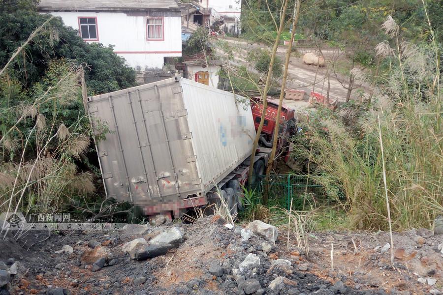 司机开车犯困 大货车撞开高速路护栏冲下坡(组图)