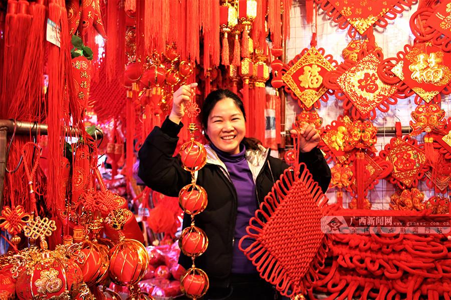 高清:一片红火!猪年春节临近 南宁街头年味渐浓