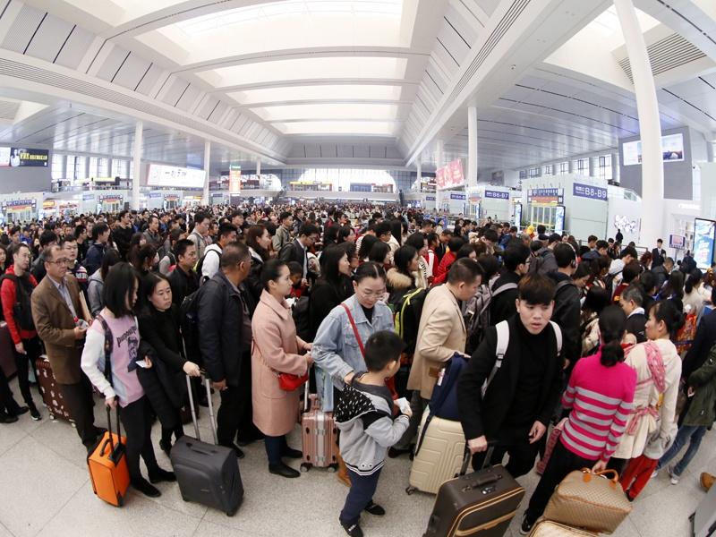 3日焦点图:人头攒动 南宁两大火车站迎客流高峰