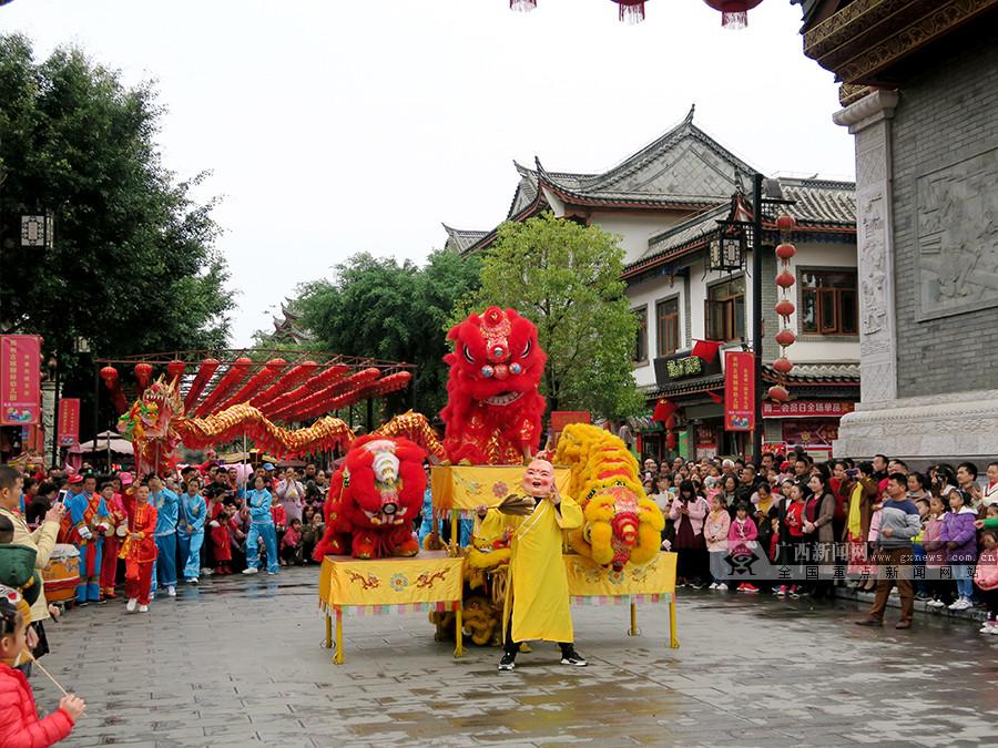 田阳:龙腾狮跃闹新春(图)
