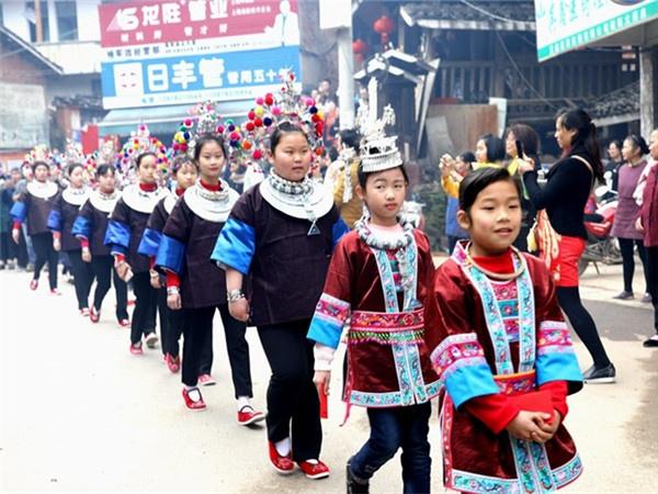 高清:三江侗族千年婚俗闹新春 成春节亮丽风景线