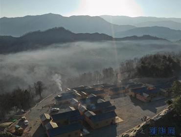 四川大凉山:彝族群众热热闹闹搬新居