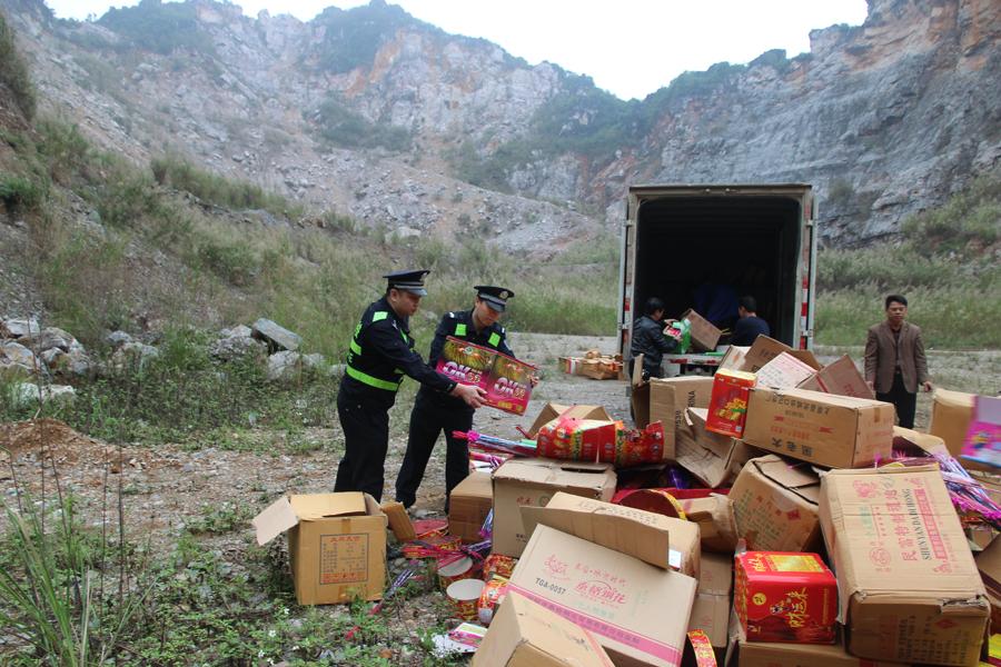 高清图集:隆安集中销毁一批非法烟花爆竹