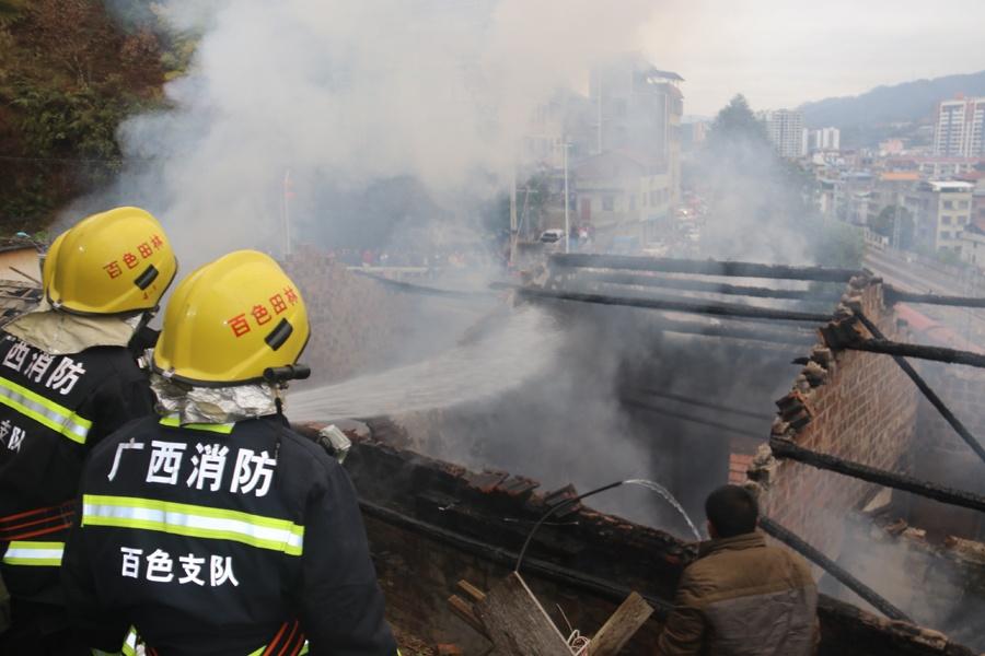 田林县一民房失火 消防紧急扑救无人员伤亡(图)