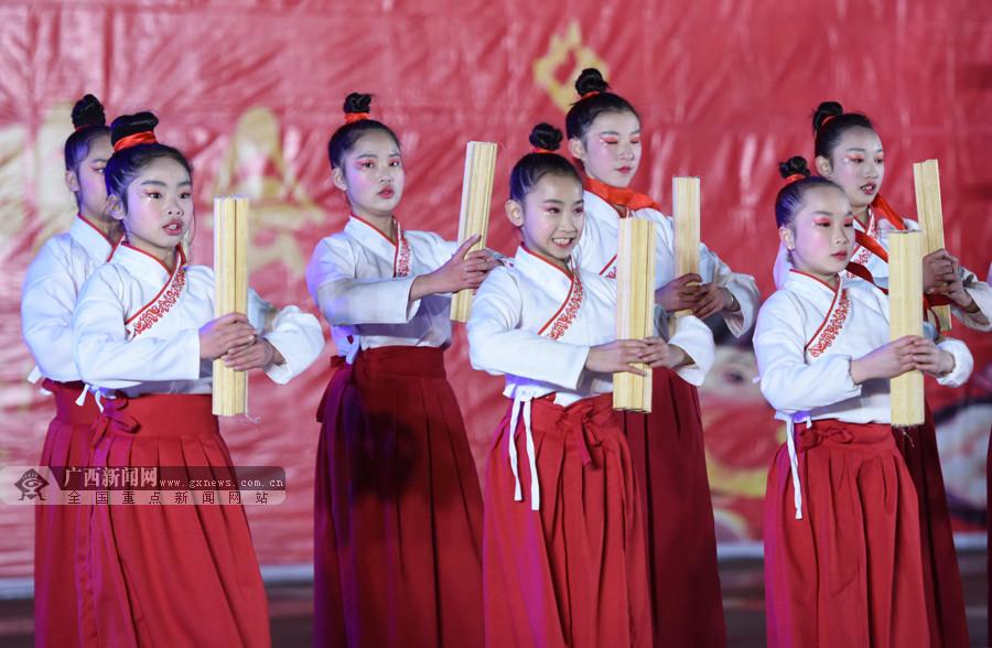 高清:三江举办元宵晚会 当地群众歌舞翩翩庆元宵