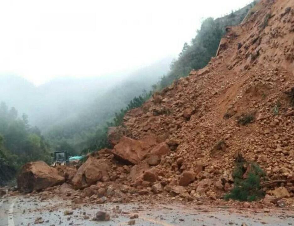 昭平公路发生塌方导致交通中断 已恢复通车(组图)