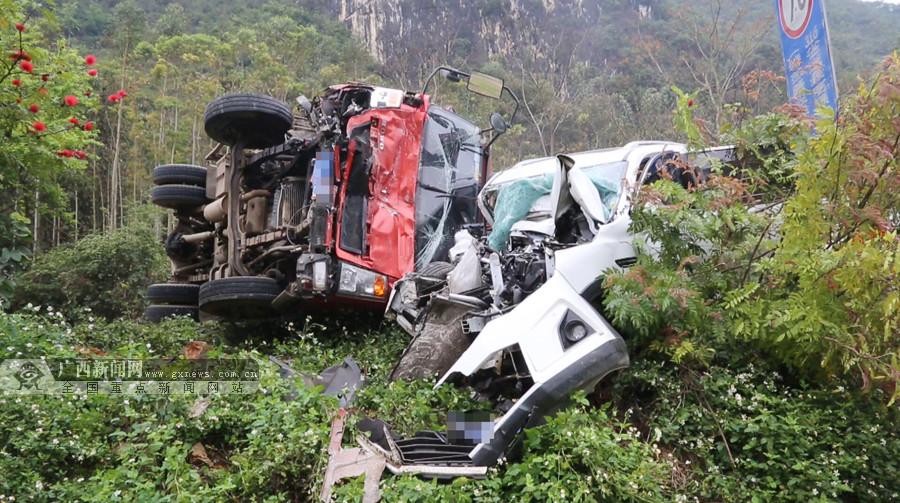 崇左一小车与满载甘蔗货车相撞 一人被困(组图)