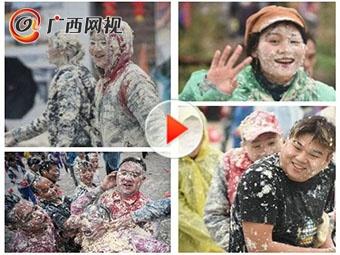 为祈求新一年风调雨顺 他们玩起了打豆腐仗!