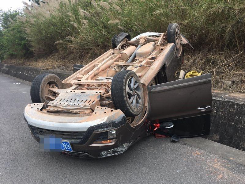 """一小车在高速路上突然爆胎 失控翻车""""四脚朝天"""""""