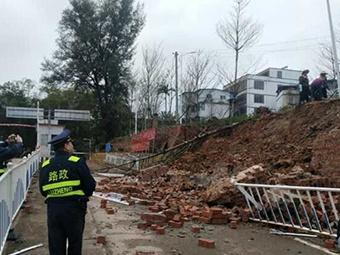 南宁一码头挡土墙发生垮塌!造成交通半边阻断(图)